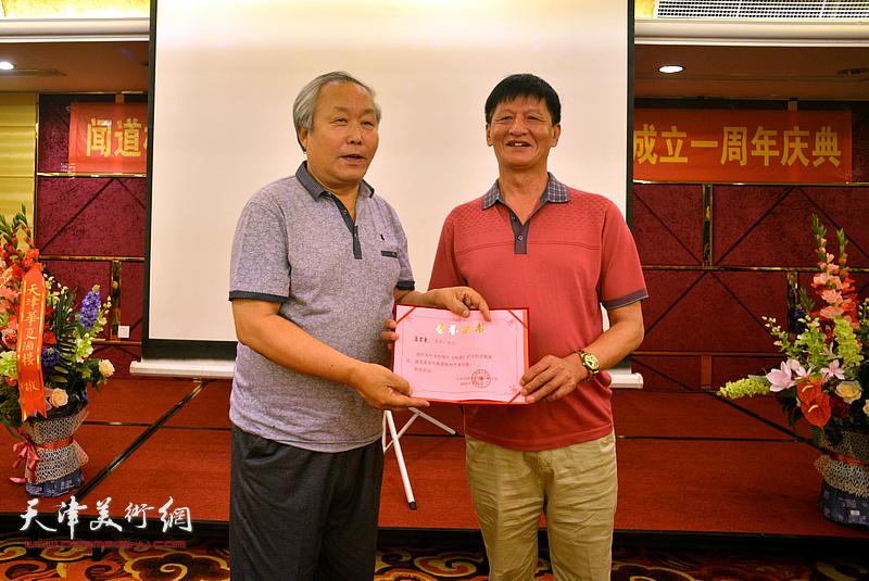 为唐云来颁发《闻道》栏目艺术专题首期嘉宾荣誉证书。