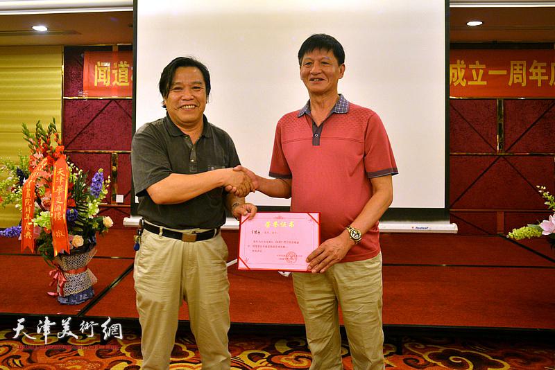 为李耀春来颁发《闻道》栏目艺术专题首期嘉宾荣誉证书。