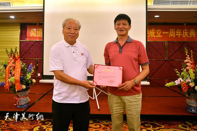 为王超颁发《闻道》栏目艺术专题首期嘉宾荣誉证书。