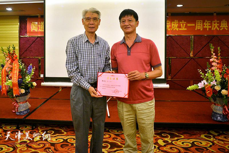 为杨德树颁发《闻道》栏目艺术专题首期嘉宾荣誉证书。