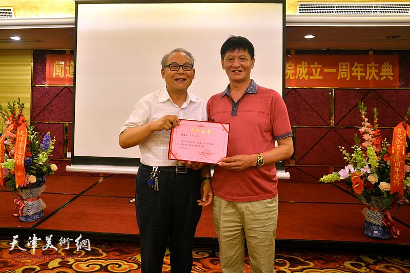 为何俊田颁发《闻道》栏目艺术专题首期嘉宾荣誉证书。