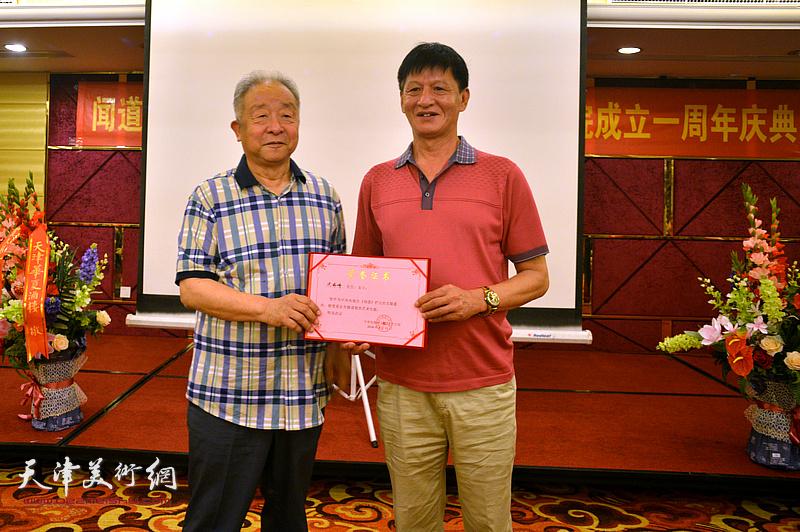 为况瑞峰颁发《闻道》栏目艺术专题首期嘉宾荣誉证书。