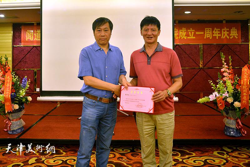为杨顺和颁发《闻道》栏目艺术专题首期嘉宾荣誉证书。