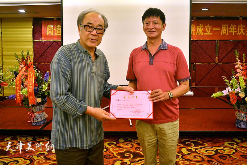 为郭书仁颁发《闻道》栏目艺术专题首期嘉宾荣誉证书。
