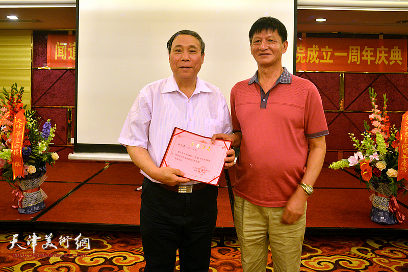 为郭凤祥颁发《闻道》栏目艺术专题首期嘉宾荣誉证书。