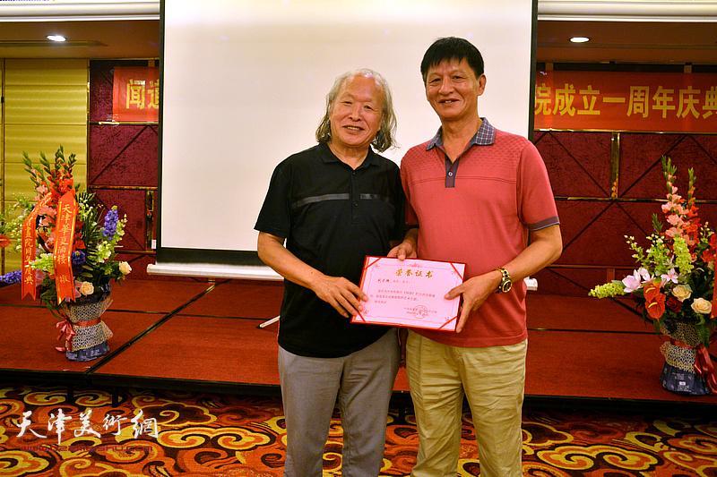 为刘家栋颁发《闻道》栏目艺术专题首期嘉宾荣誉证书。