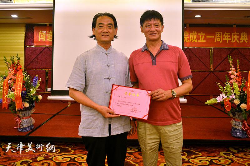 为刘荣生颁发《闻道》栏目艺术专题首期嘉宾荣誉证书。