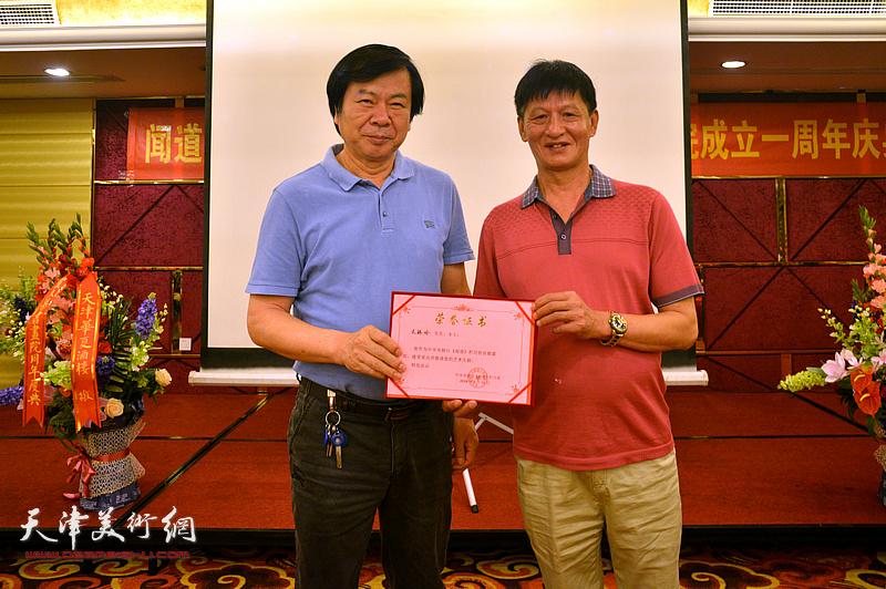 为史振岭颁发《闻道》栏目艺术专题首期嘉宾荣誉证书。