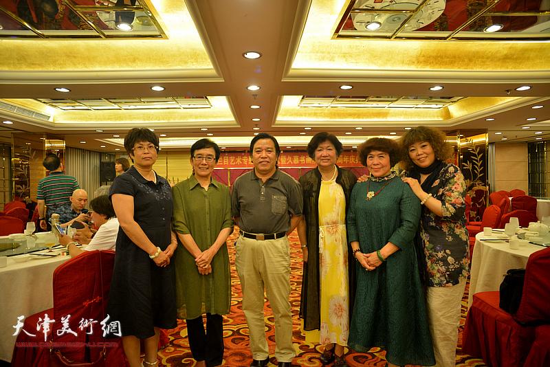 左起:张文华、肖慧珠、李耀春、孟昭丽、史玉、赵新立在活动现场。