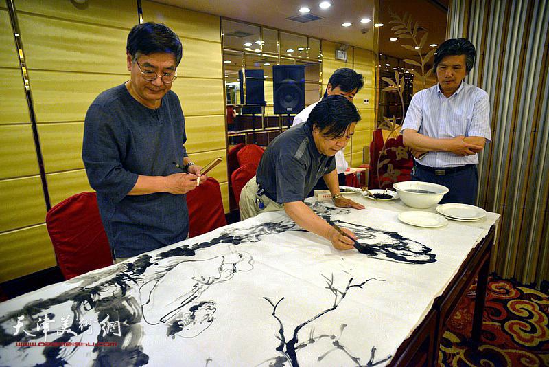 李耀春、张佩刚、李津生在活动现场挥毫泼墨。