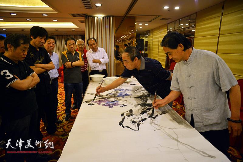 刘荣生、贾春明在活动现场挥毫泼墨。