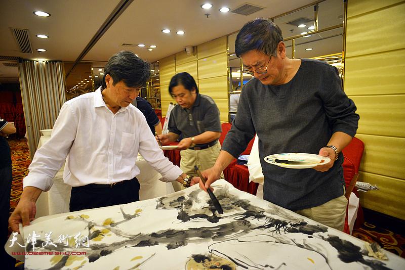 张佩刚、吴景玉在活动现场挥毫泼墨。