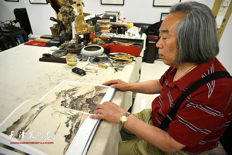 著名画家霍春阳观赏陈少梅作品。