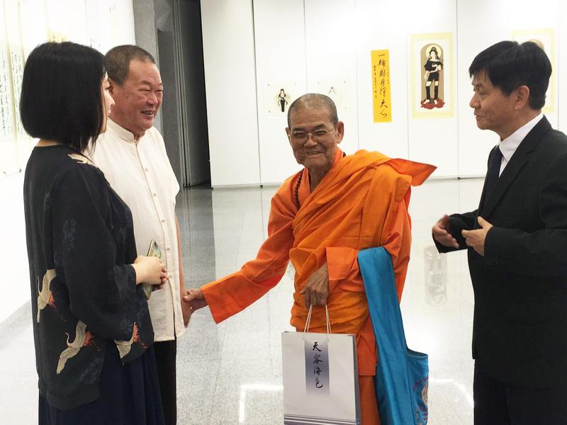 马孟杰与仁德上师在诗文书画展现场。