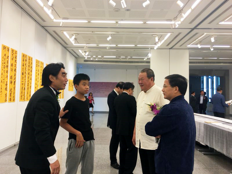 马孟杰与嘉宾在诗文书画展现场
