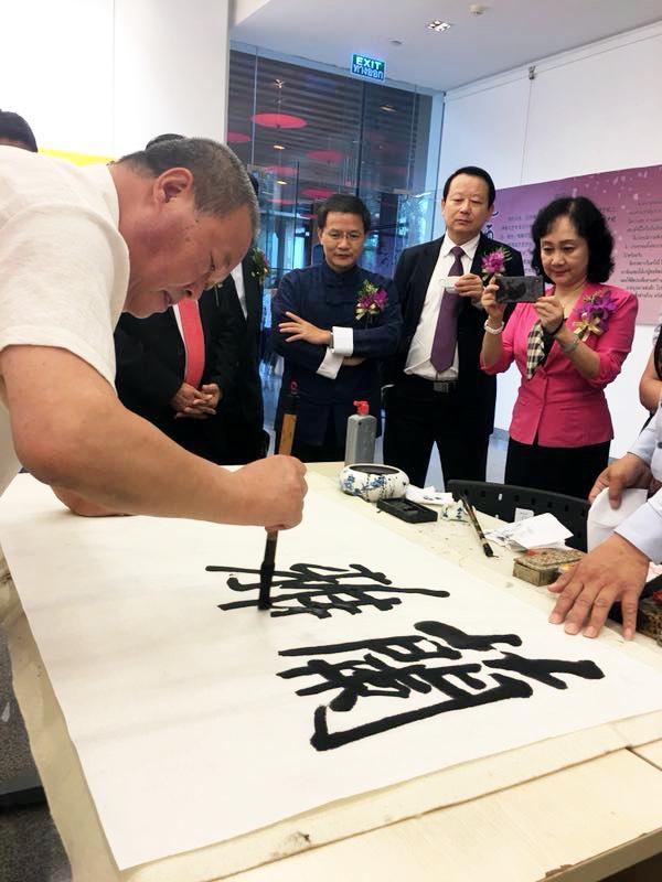 马孟杰现场挥毫泼墨展示中国书法的魅力。。