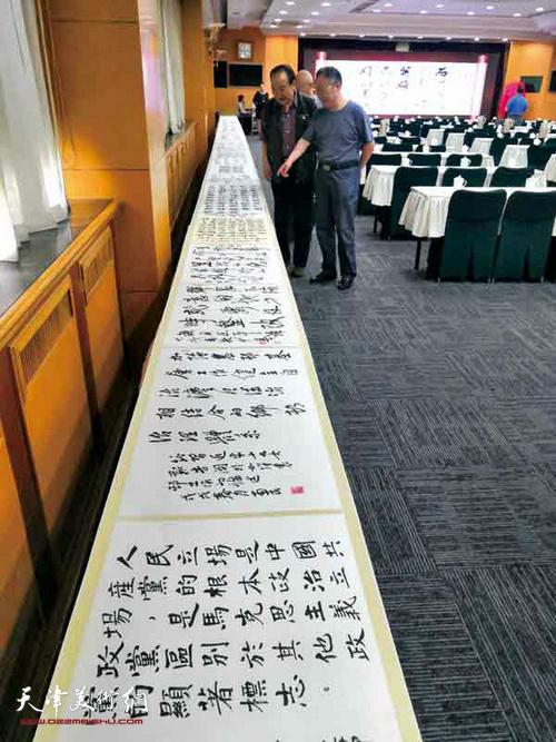 山西新时代艺术中心向中国书画报社赠送了《习近平新时代新思想金句百米长卷展作品集》。