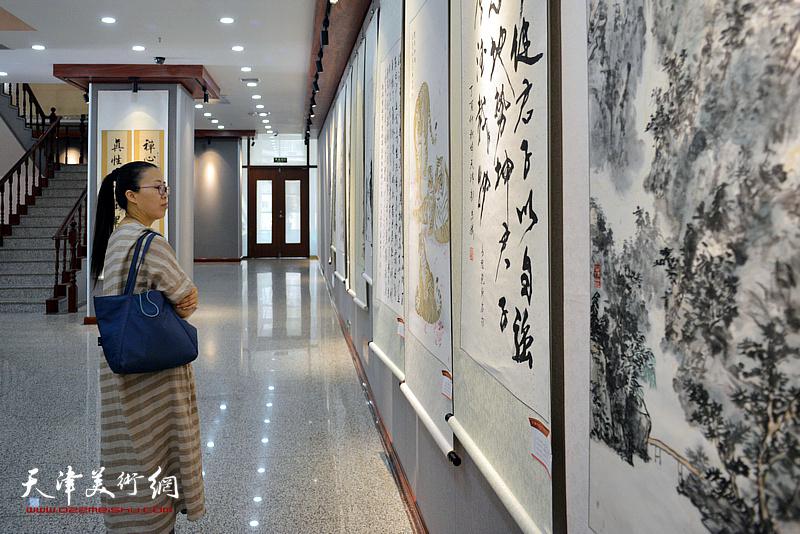 杨柳青镇茹芦书画院书画作品展现场。
