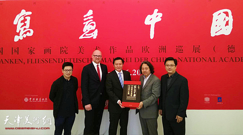 冯海阳代表中国驻杜塞尔多夫总领事馆接受中国国家画院赠送《写意中国——中国国家画院年展作品集》