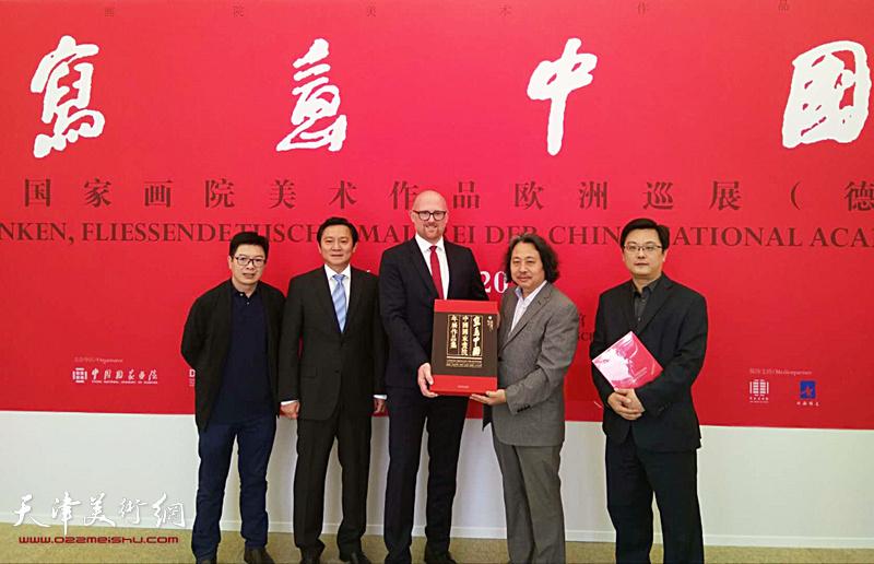 林克代表德国杜伊斯堡市接受中国国家画院赠送《写意中国——中国国家画院年展作品集》