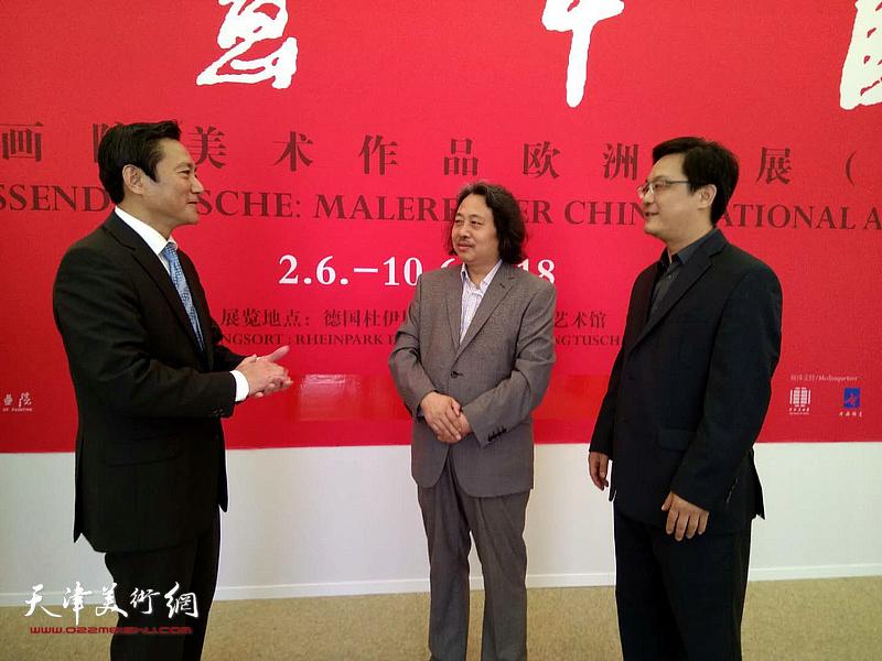 冯海阳、贾广健、张楠在展览现场。