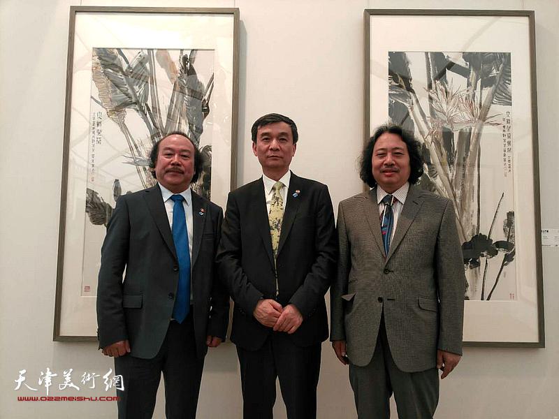 贾广健与西安美术学院院长郭线庐在展览现场。