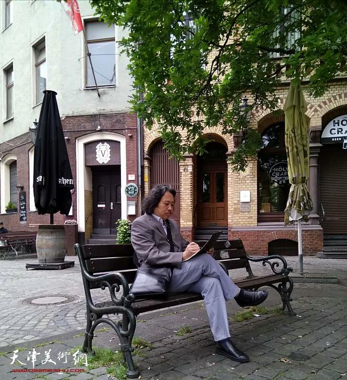 贾广健在德国街头写生。