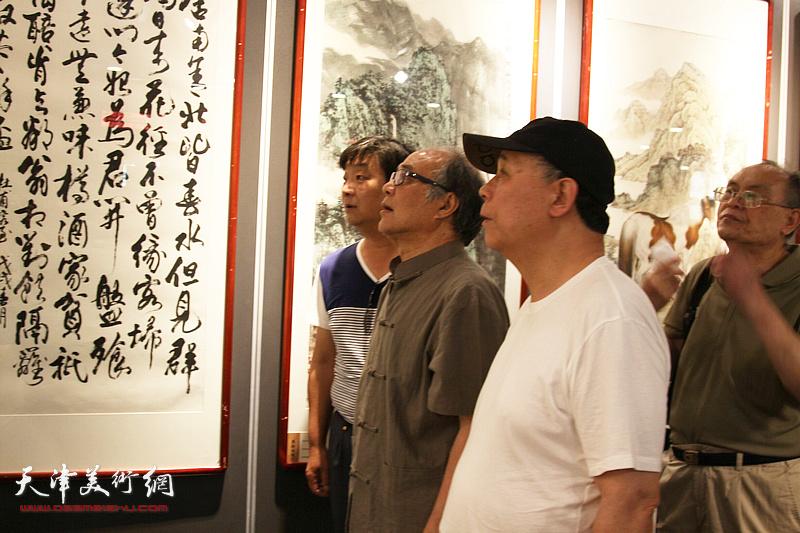 郭书仁、郭凤祥、费超杰、翟洪涛在展览现场观看作品。