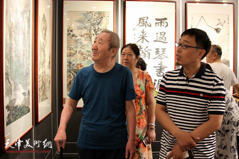 侯春林、张枕石在展览现场观看作品。