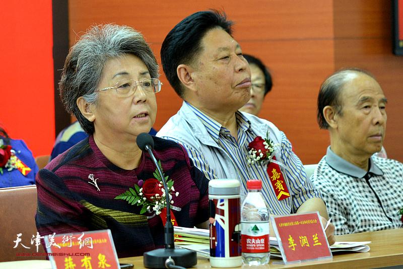 天津市人大常委会原副主任李润兰讲话。