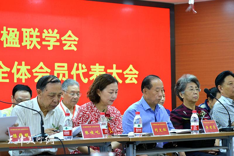 左起:张峻屹、刘文红、蒋有泉、李润兰在主席台就坐。