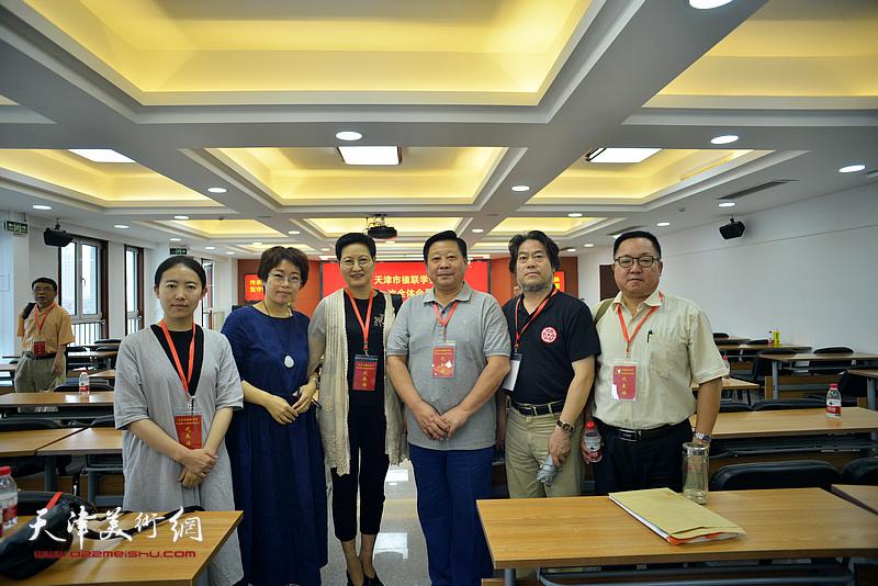 新当选天津市楹联学会副会长朱彦民、赵士英与张云友、赵清、聂瑞辰、杨杰在会议现场。