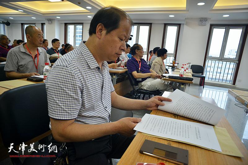 新当选天津市楹联学会副会长李锋在会议现场。