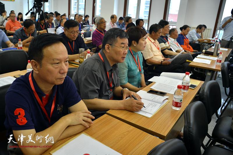 张建华、李延春、甄永清在会议现场。