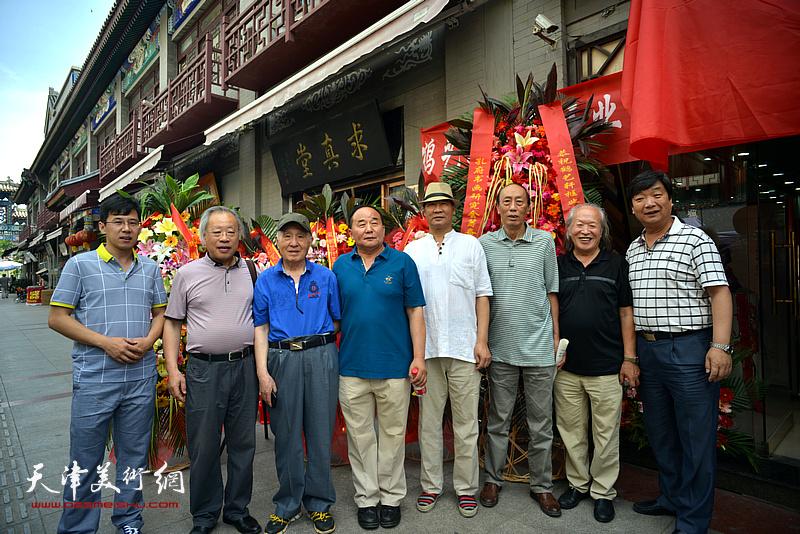 左起:李鹤、王金厚、孙贵璞、李建华、马寒松、张学强、刘家栋、翟洪涛在活动现场。