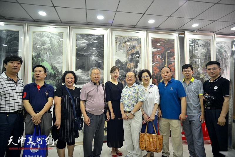 王金厚与魏文亮、刘婉华、张建华、翟洪涛、李建华、李鹤等在画展现场。
