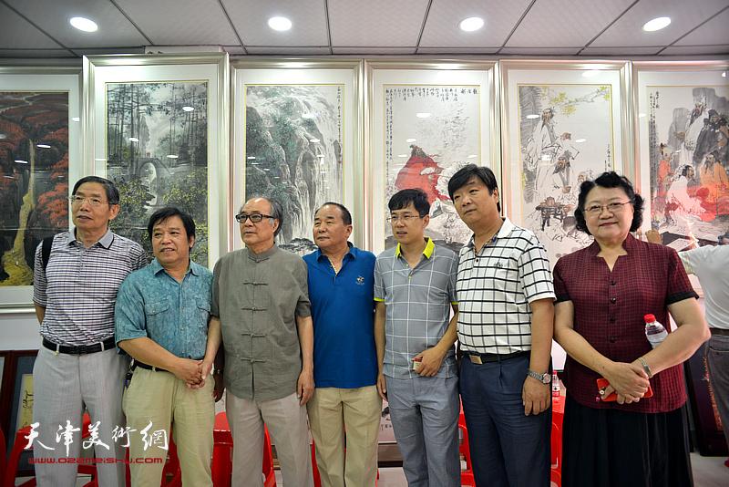 左起:柴寿武、李耀春、郭书仁、李建华、李鹤、翟洪涛、刘正在画展现场。
