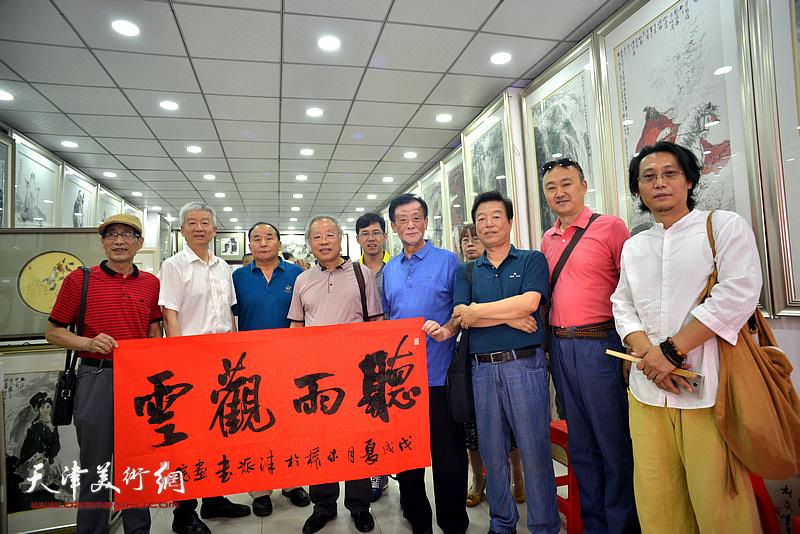 左起:卢炳剑、杨勇、李建华、王金厚、李鹤、王大成、杨建国、柴博森、刘砚山在画展现场。
