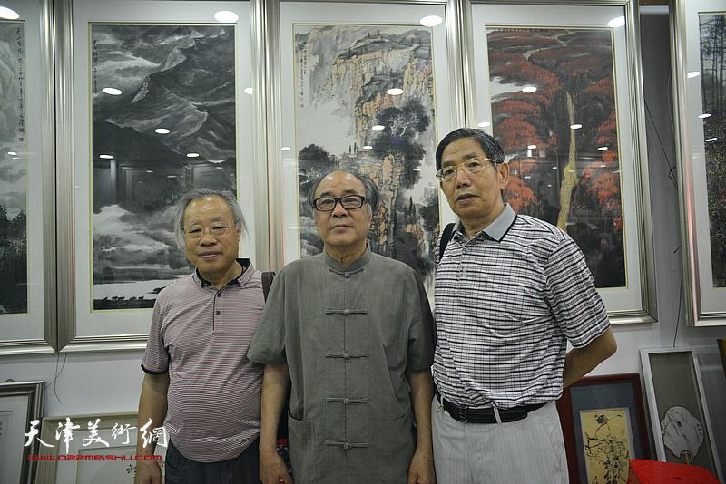 左起:王金厚、郭书仁、柴寿武在画展现场。