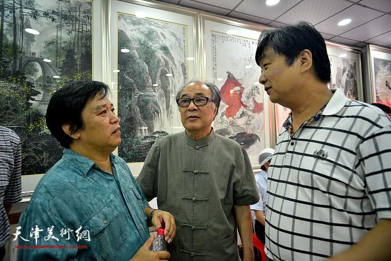 左起:李耀春、郭书仁、翟洪涛在画展现场。