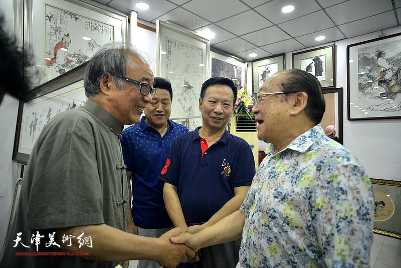 魏文亮、郭书仁在画展现场。