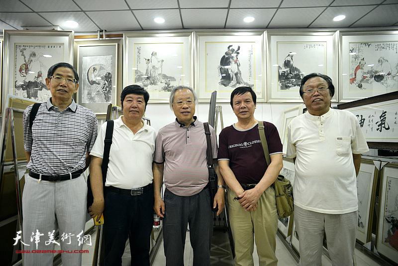 左起:柴寿武、王惠民、王金厚、李根友、任庆明在画展现场。
