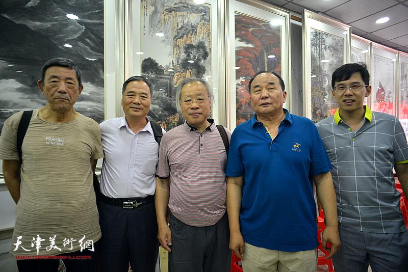 王金厚、邢立宏、张柏林、李建华、李鹤在画展现场。