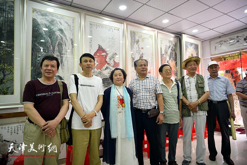 刘士忠、曹剑英、尚金声、彭英科、李根友、郑宏伟在画展现场。