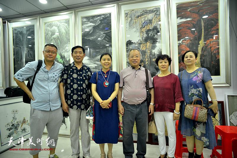 王金厚与陈莉、王莘等在画展现场。