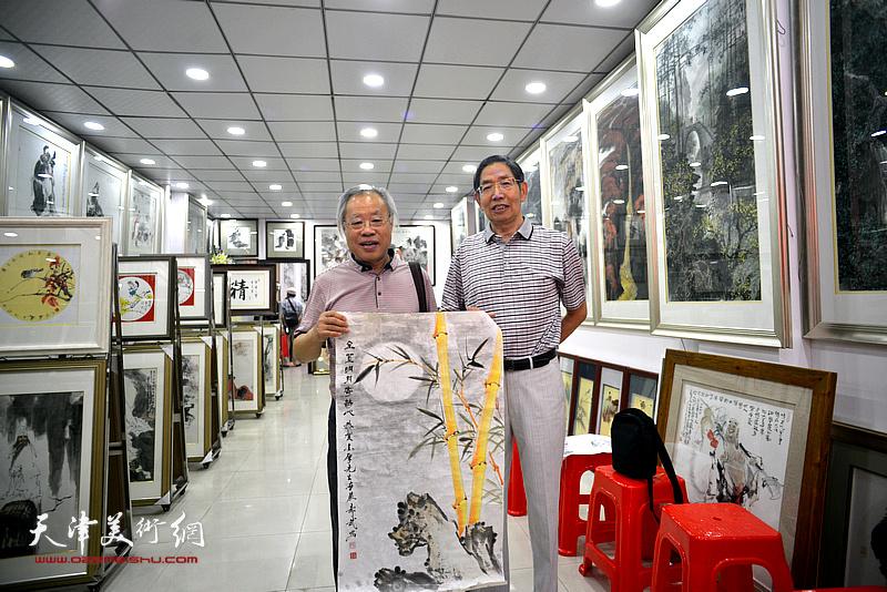 王金厚、柴寿武在画展现场。