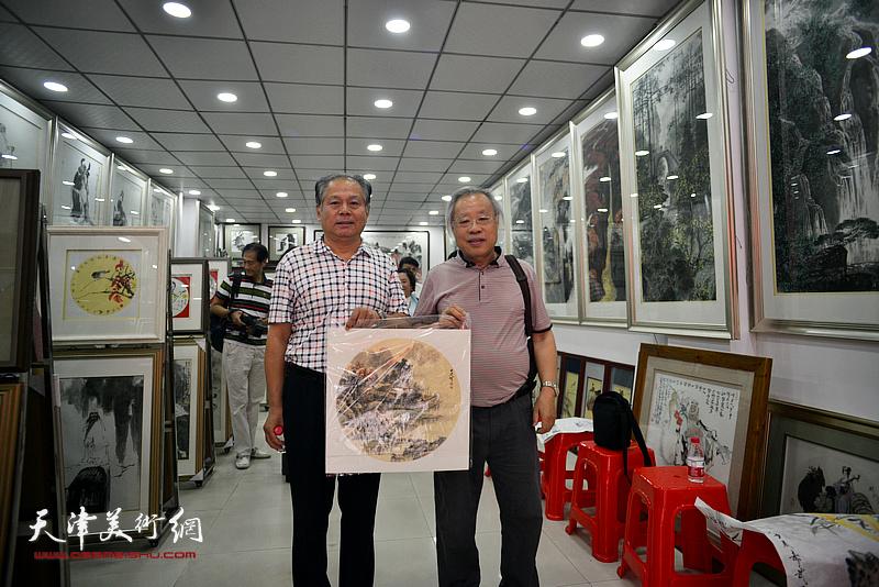 王金厚、刘士忠在画展现场。
