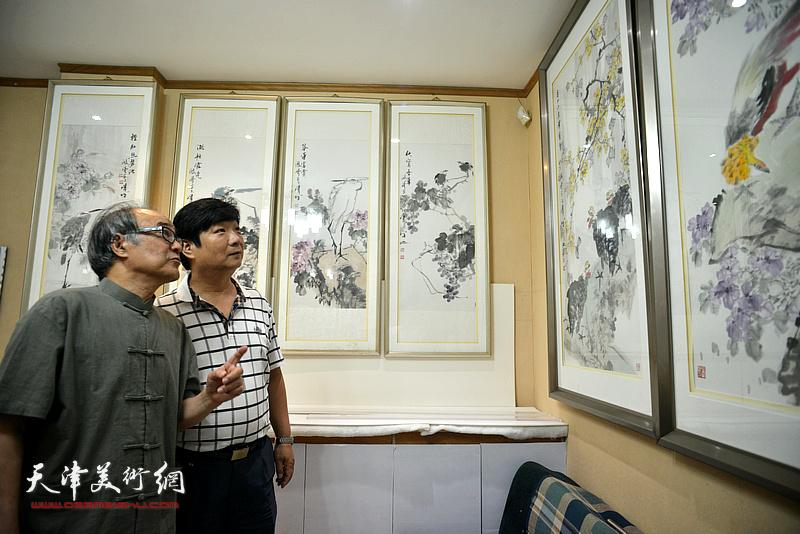郭书仁、翟洪涛在画展现场。