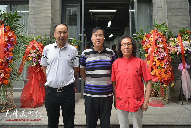 左起:于海翔、邵佩英、陈栋琨在书法展现场。