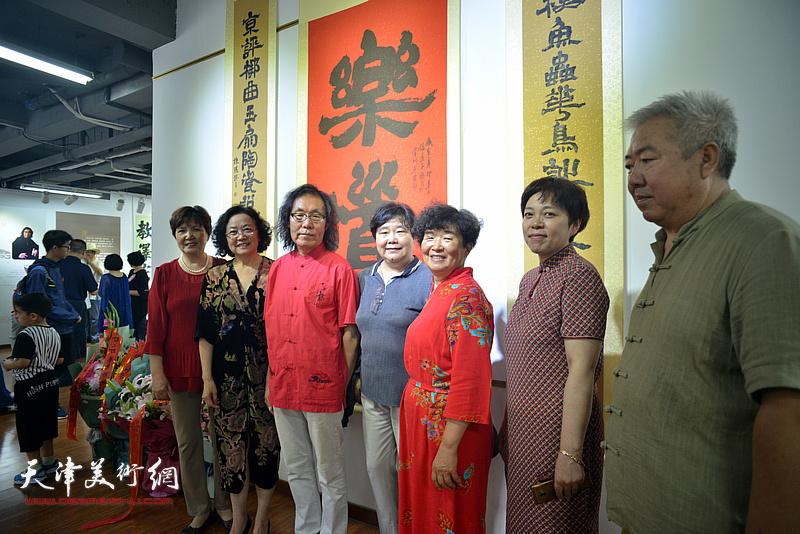 陈栋琨与来宾在书法展现场。